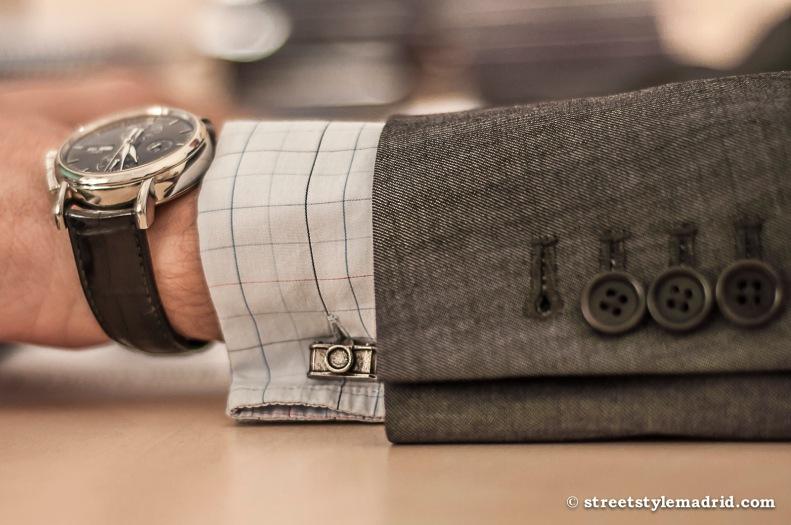 Complementos clásicos, gemelos y reloj.