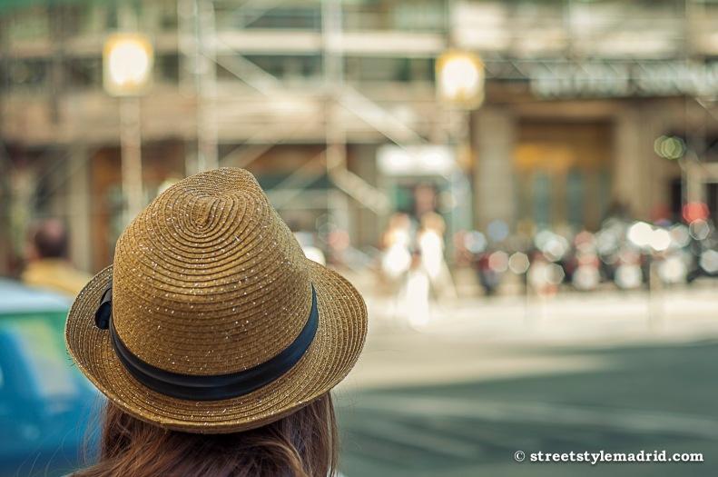 Sombrero tipo Borsalino, muy cómodo.