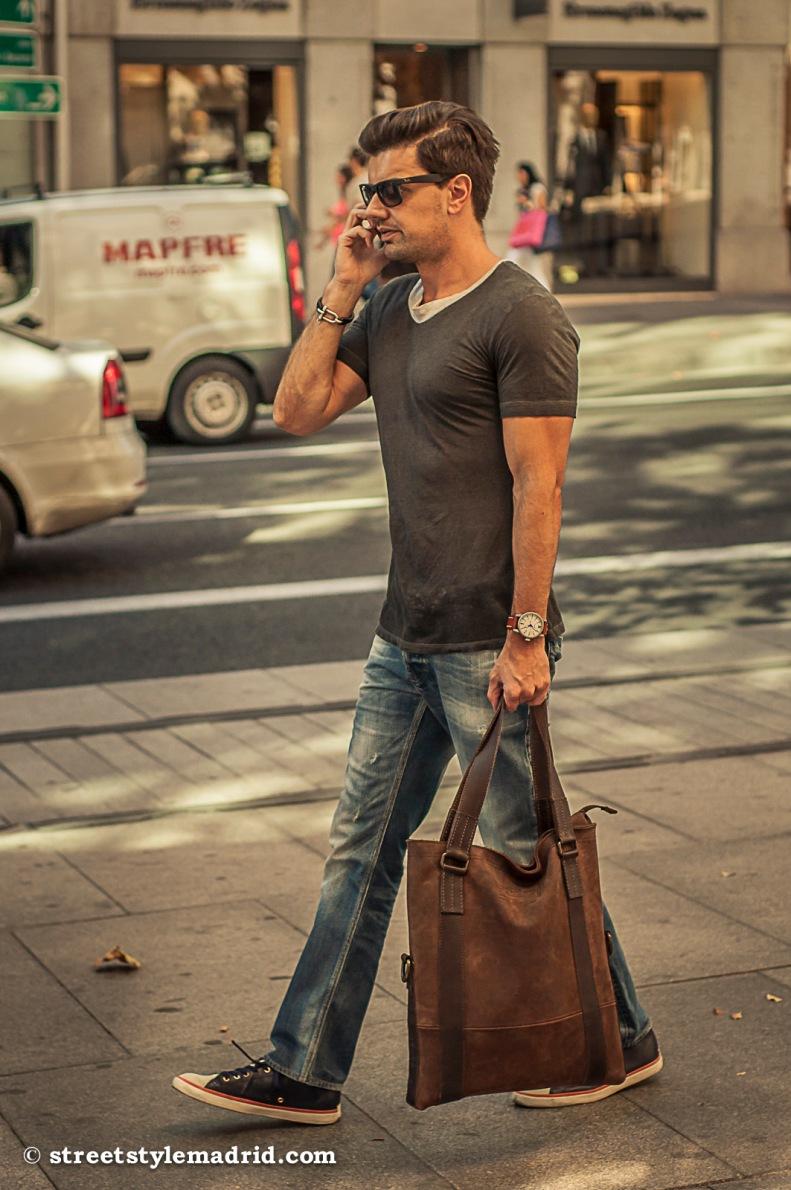 Camiseta, jeans y deportivas tipo Converse