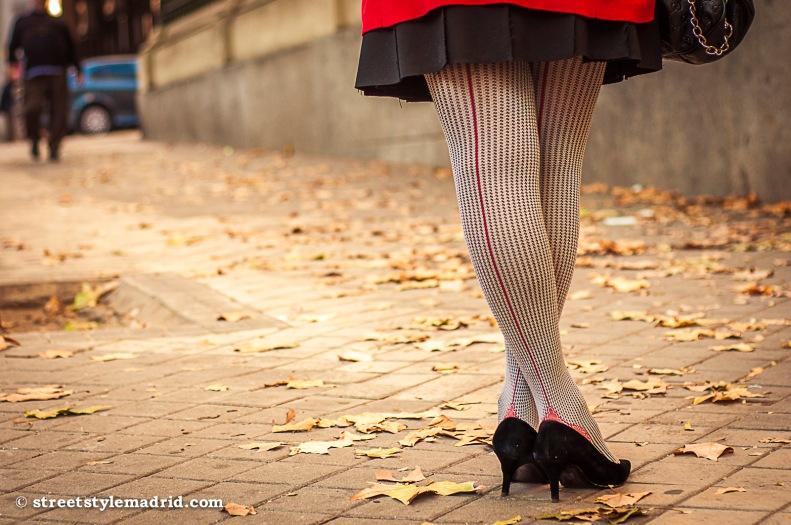 Medias, falda, chaqueta, zapatos.