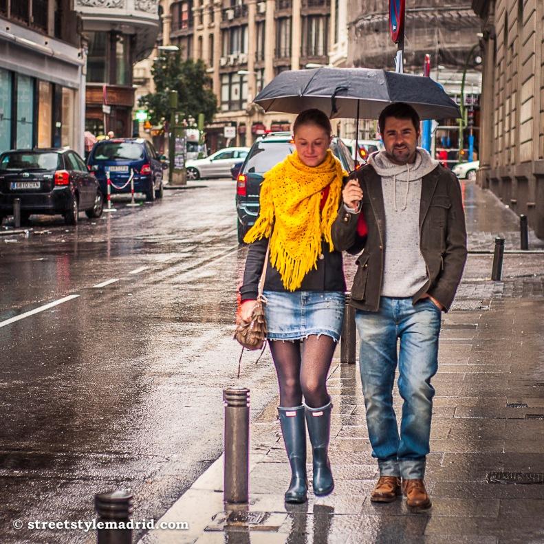 Botas, tejido vaquero y un paraguas