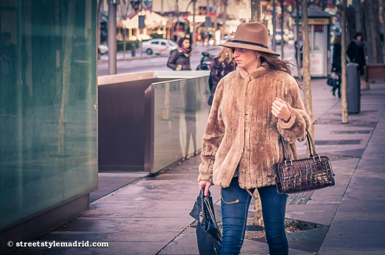 Sombrero y bolso, los complementos básicos.