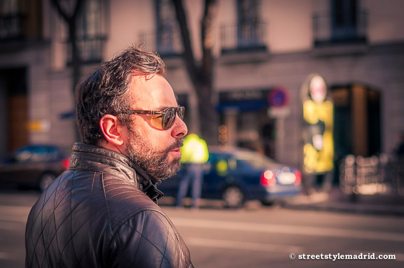 Barba, gafas de sol, cazadora de cuero y el atardecer en la cara