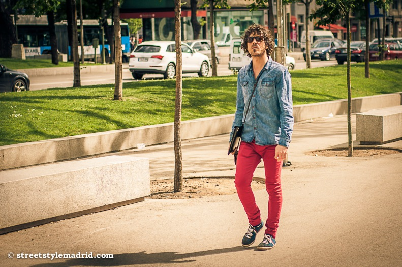Jeans de color y camisa vaquera.
