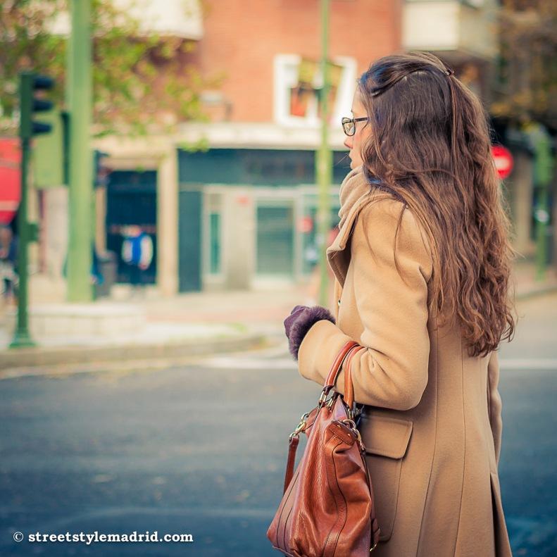 Street style madrid, abrigo camel con bolso marrón.