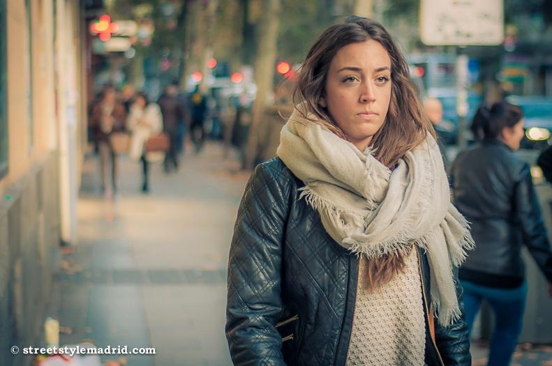 Street Style en Madrid con chaqueta y foulard