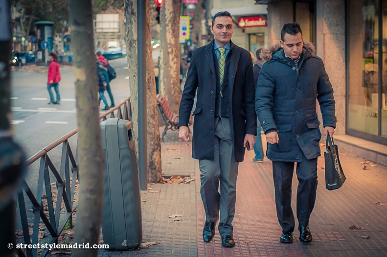 Street Style en Madrid pareja con traje y corbata