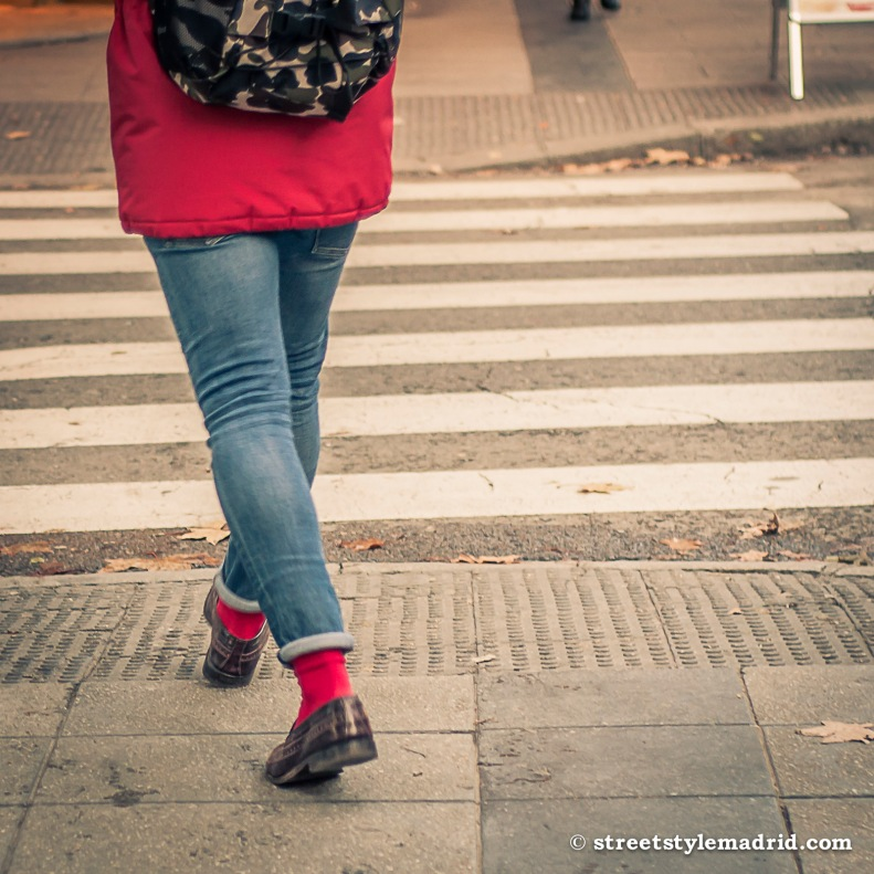 Street style en Madrid calcetines rojos y vaqueros slim