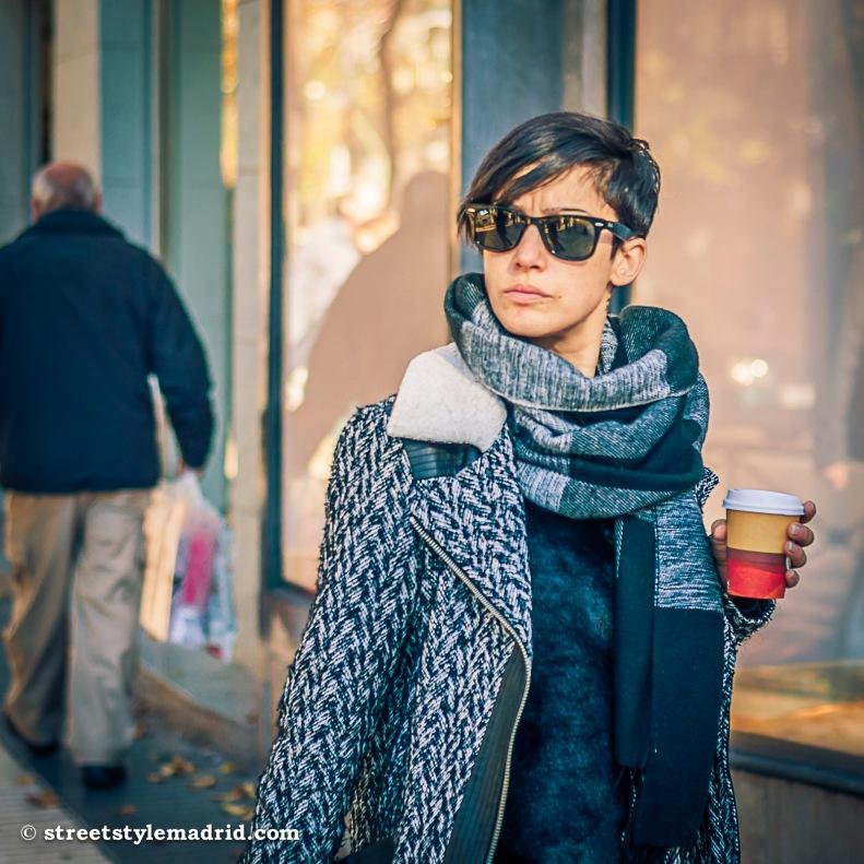 street style madrid, chaqueta de punto, bufanda larga a cuadros, gafas de sol ray ban