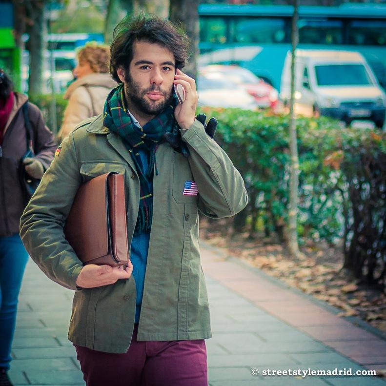 Street Style Madrid, bufanda de cuadros escoceses, con chaqueta verde militar, barba