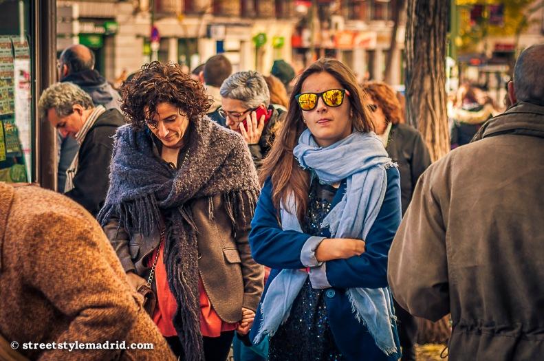 Street Style Madrid, Bufanda azul con chaqueta azul y gafas de espejo