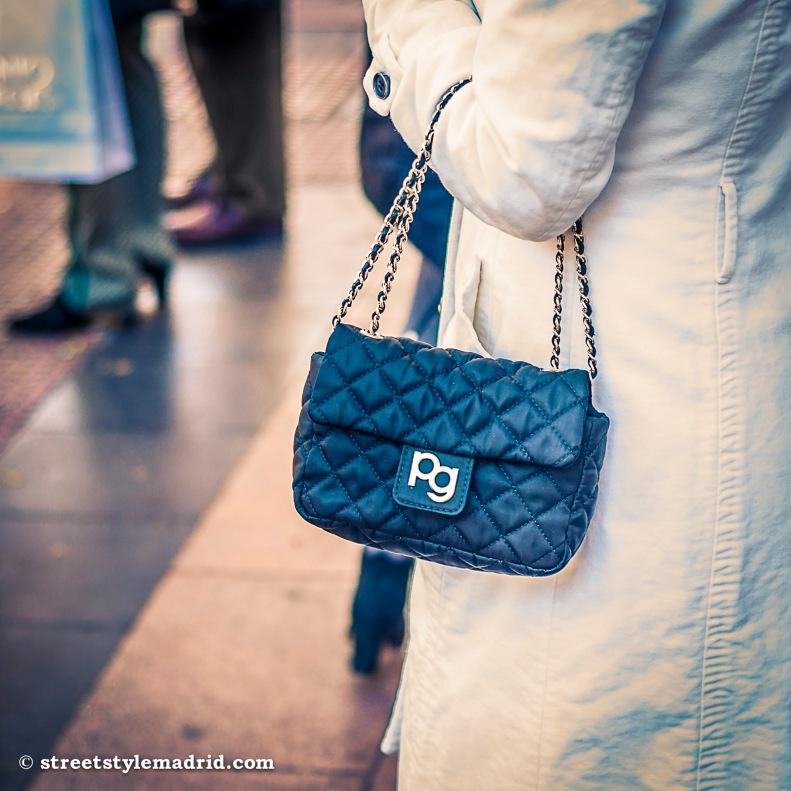 Street Style Madrid, bolso negro con cadena dorada, Purificación García, gabardina blanca.