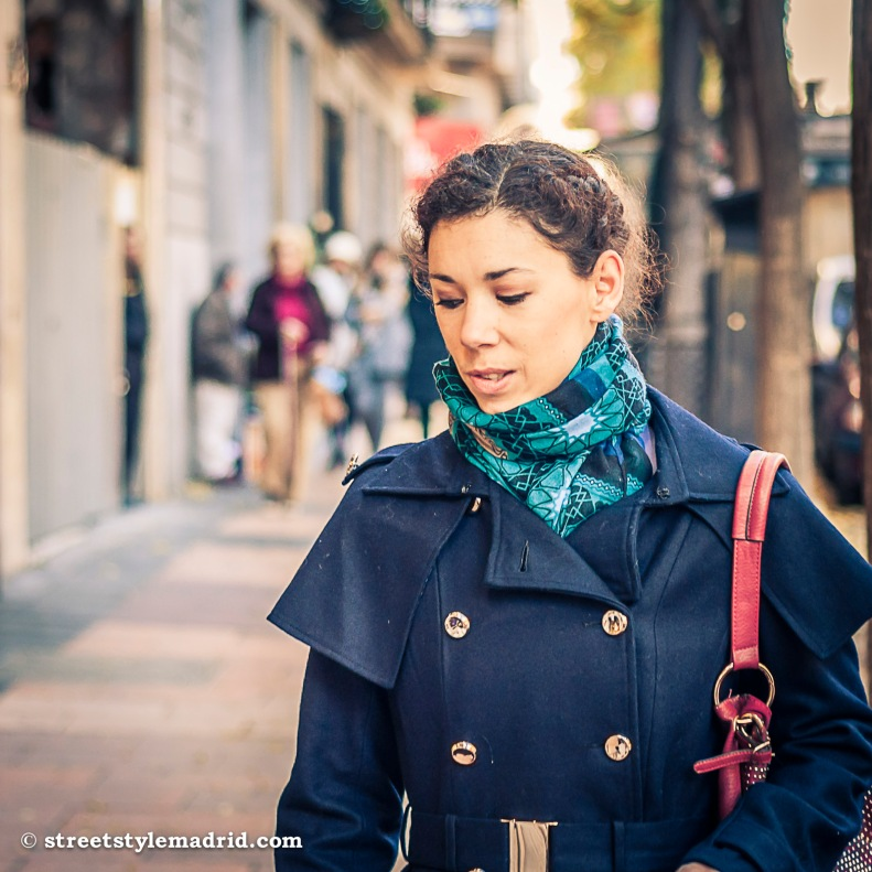 Street Style Madrid, chaquetón estilo militar, con botonadura cruzada en azul marino. Foulard.