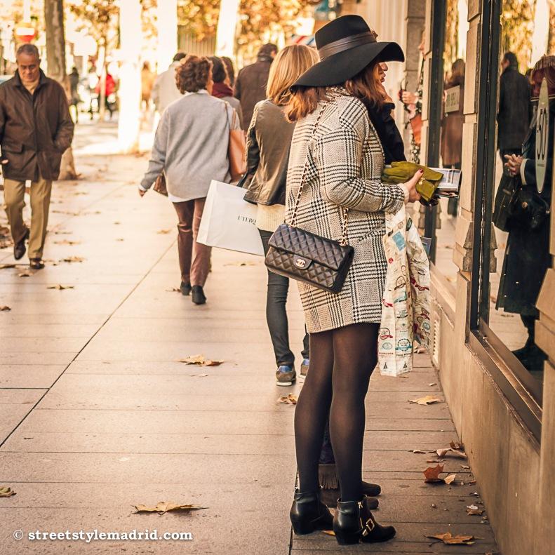 Street style en Madrid, cuadros Principe de Gales, bolso Chanel negro, sombrero negro de ala ancha