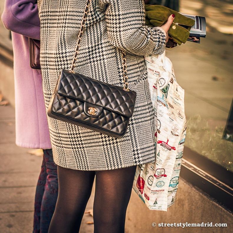Street style en Madrid, cuadros Principe de Gales, bolso Chanel negro