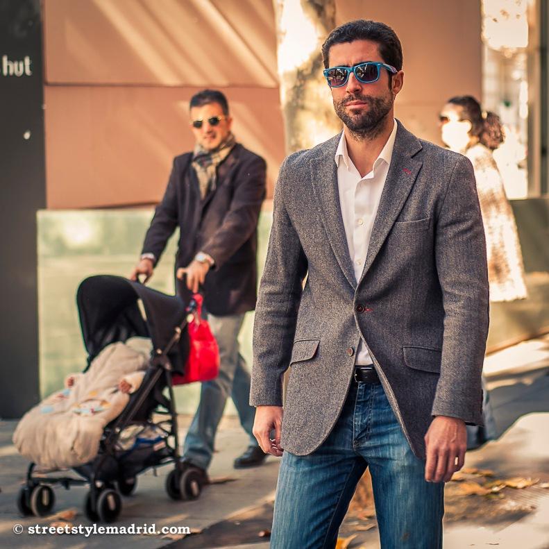 Street Style Madrid, Chaqueta gris con camisa blanca y vaqueros. Gafas de sol azules