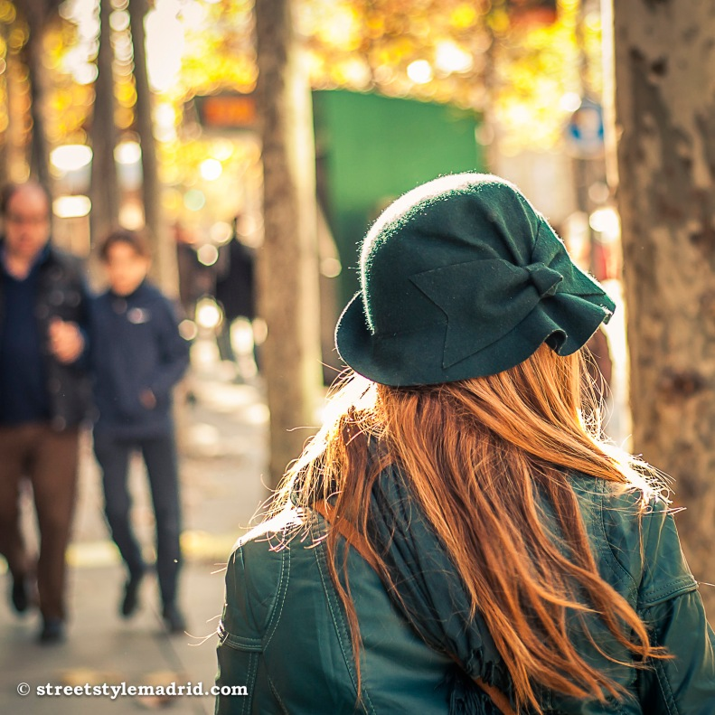Street Style Madrid, sombrero verde con lazo. Cazadora verde. Sombrero con lazo.