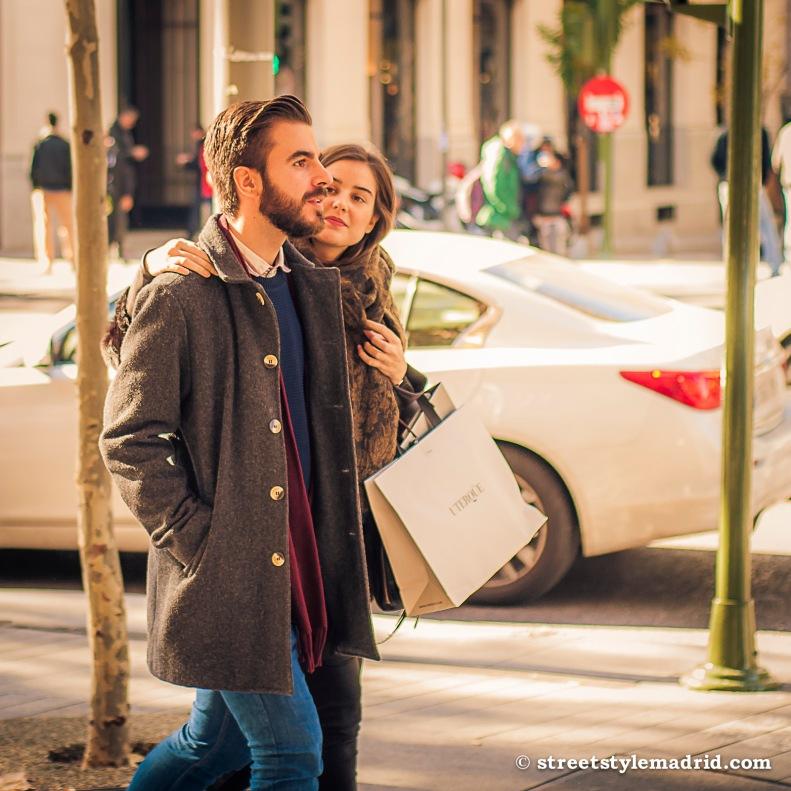 Street Style Madrid, Chaquetón austríaco gris, vaqueros, jersey azul y bufanda granate