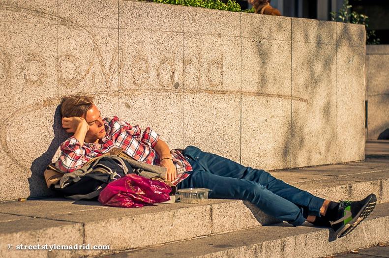 Street Style Madrid, camisa de cuadros, roja y blanca, vaqueros, deportivas nike, dormir en la calle