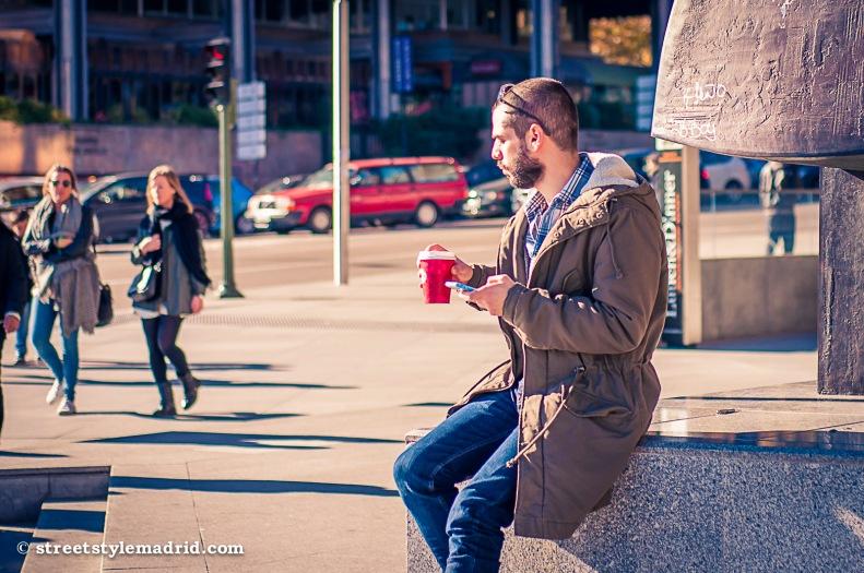 Street Style Madrid, vaqueros con chaquetón marrón y camisa de cuadros. Barba.
