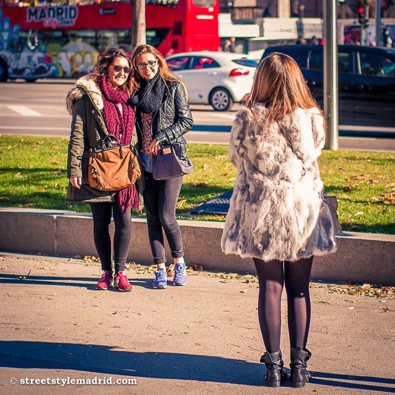 Street Style Madrid, New Balance con leggings, abrigo con capucha de pelo y cuello de bufanda