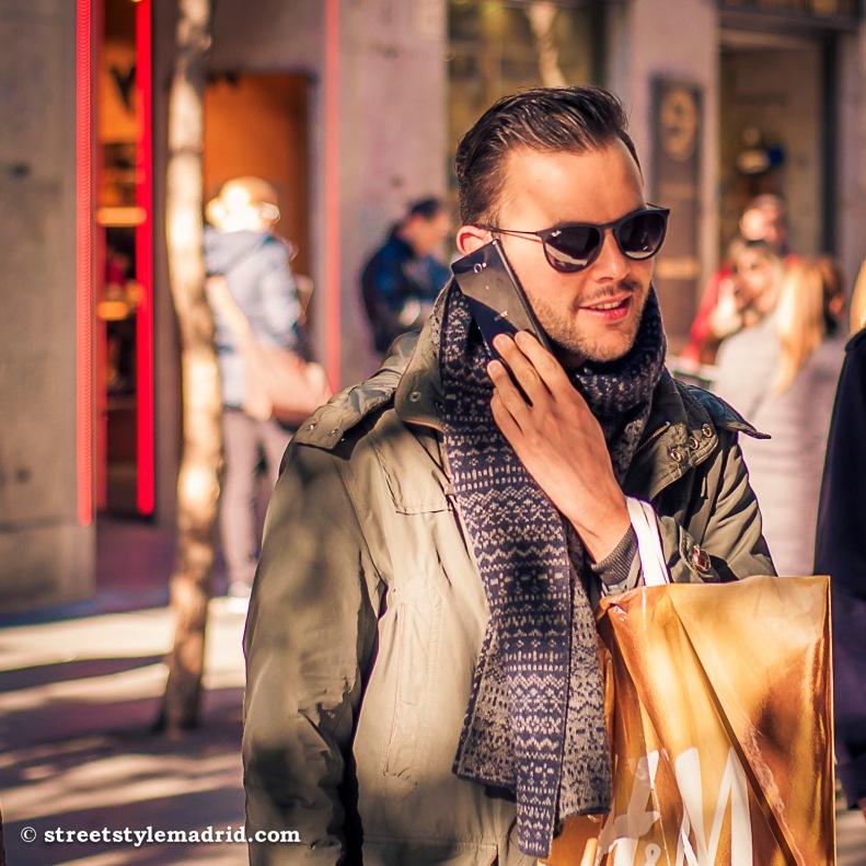 Street Style Madrid, maxibufanda gris con chaquetón verde. Gafas rayban redondas