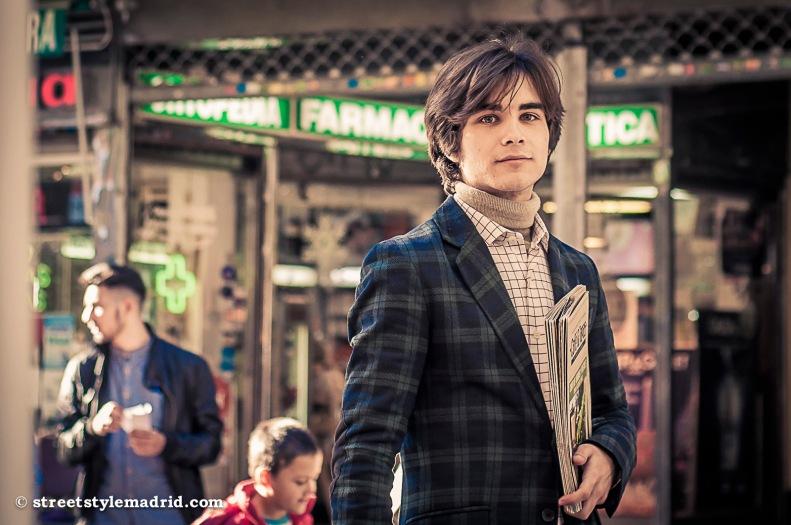 Street style Madrid, chaqueta de cuadros verde y azul con jersey de cuello alto, camisa de cuadros
