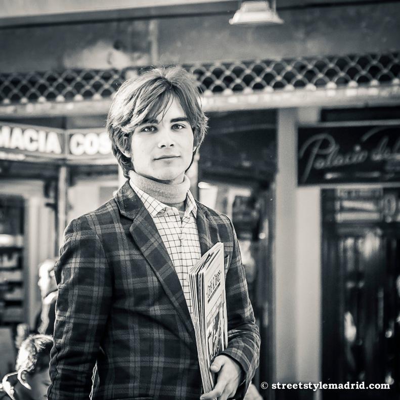 Street style Madrid, chaqueta de cuadros con jersey de cuello alto, camisa de cuadros