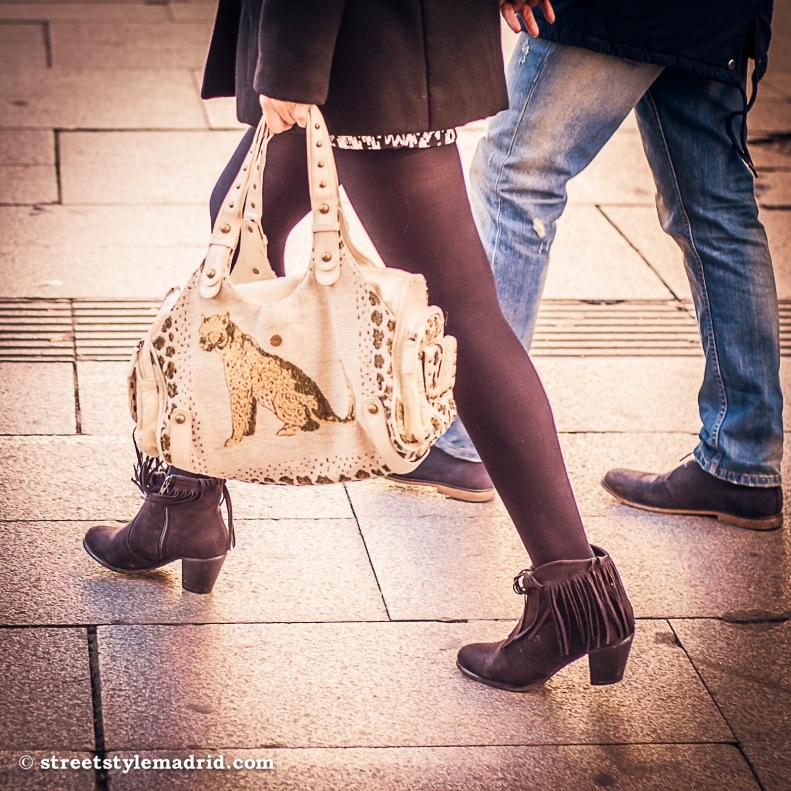 Street Style Madrid, Botines marrones, medias, minifalda con chaqueta negra, bolso blanco con tachuelas