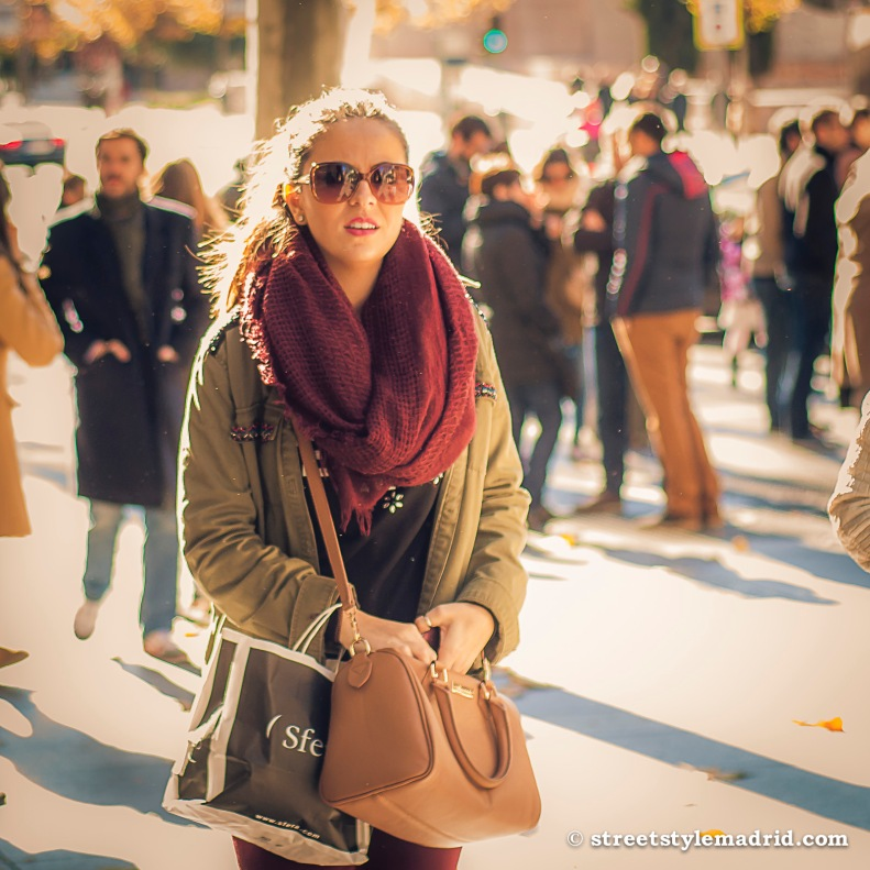 Street Style Madrid, bufanda granate, con abrigo caqui y bolso marrón.
