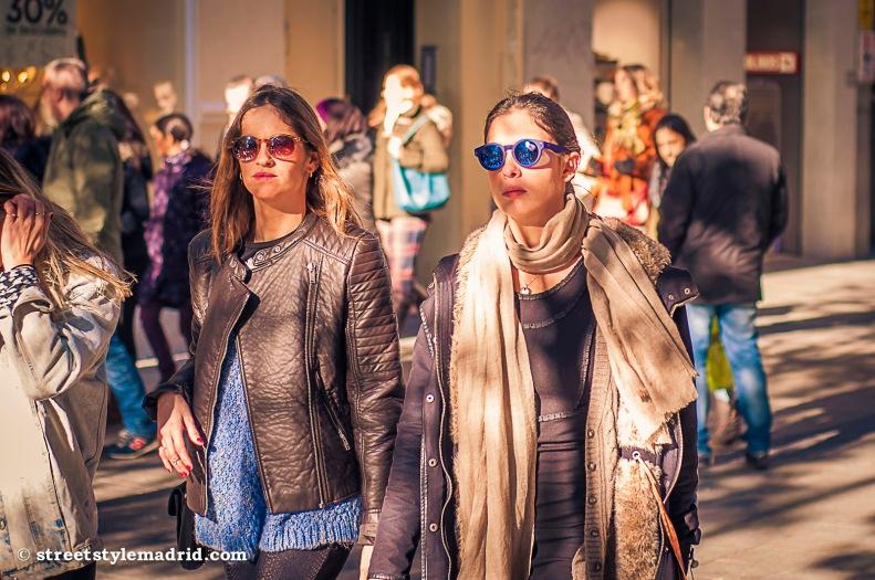 Street Style Madrid, cazadora de cuero negra, foulard beige, gafas de sol redondas