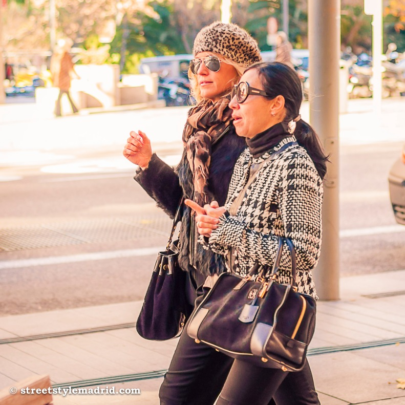 Street Style Madrid, Bolso amazona negro Loewe, chaqueta pata de gallo, blanco y negro