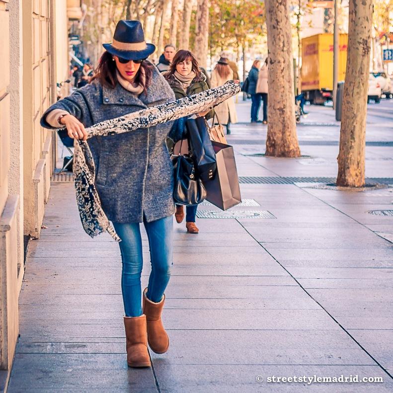 Street Style Madrid, sombrero azul, botas UGG, Gafas de sol