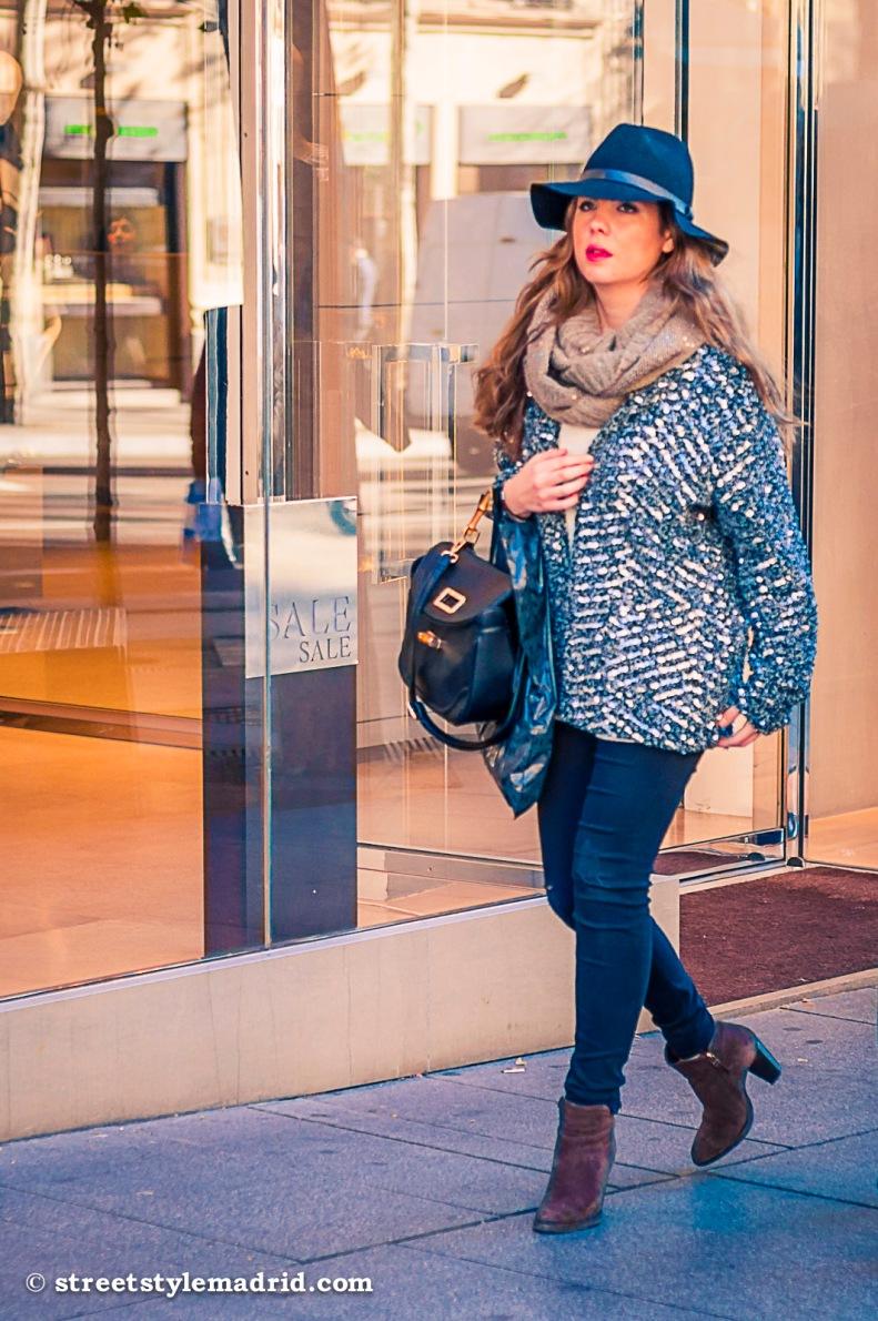 Street Style Madrid, chaqueta de lentejuelas, foulard marrón, sombrero.