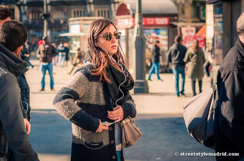 Street Style Madrid, Chaqueta de punto a rayas azul y blanca, foulard gris