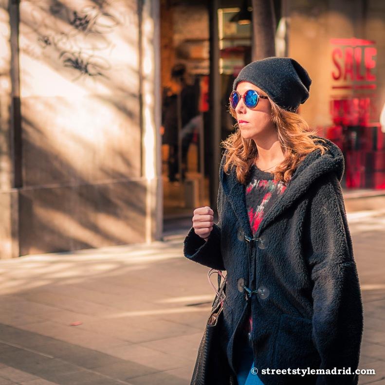 Street Style Madrid, Chaqueta negra con capucha gafas de sol redondas