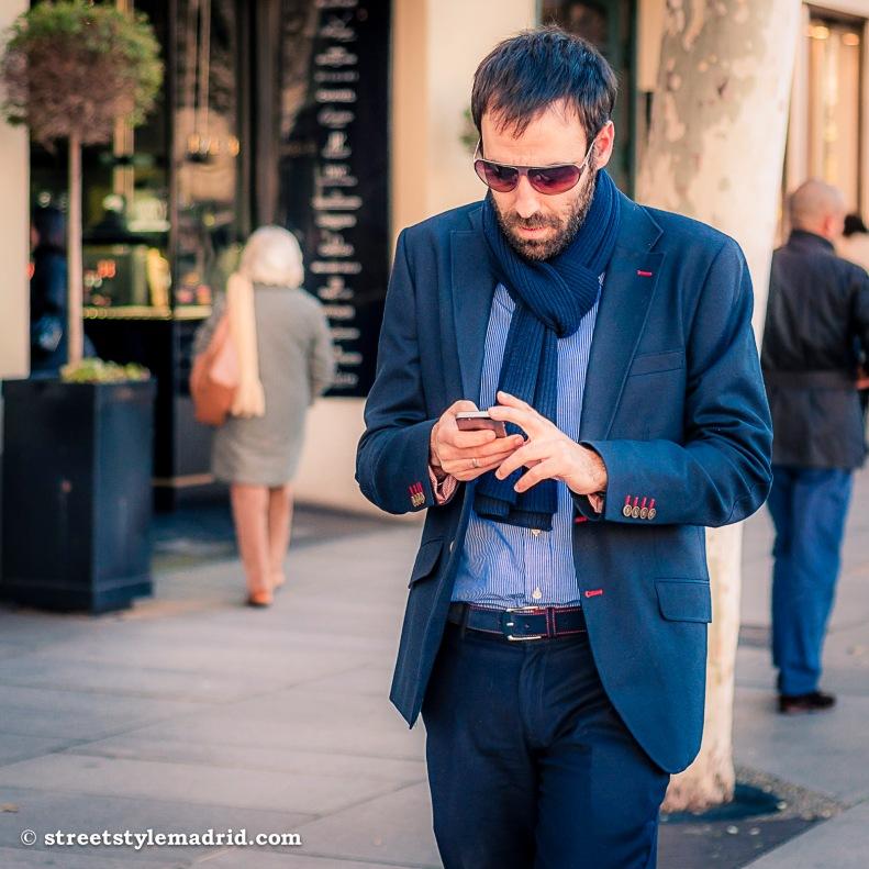 Street Style Madrid, Chaqueta americana azul con costuras en rojo. Pantalón azul y bufanda azul