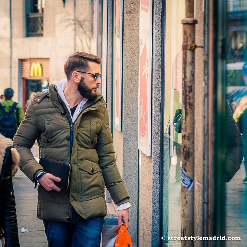 Street Style Madrid, abrigo de plumas verde. Barba y gafas de sol
