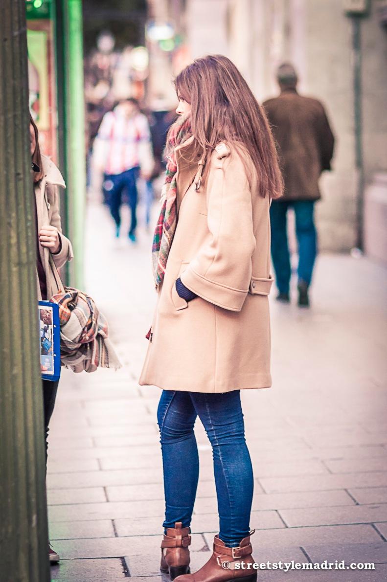 Street Style Madrid, abrigo camel, vaqueros y botines.