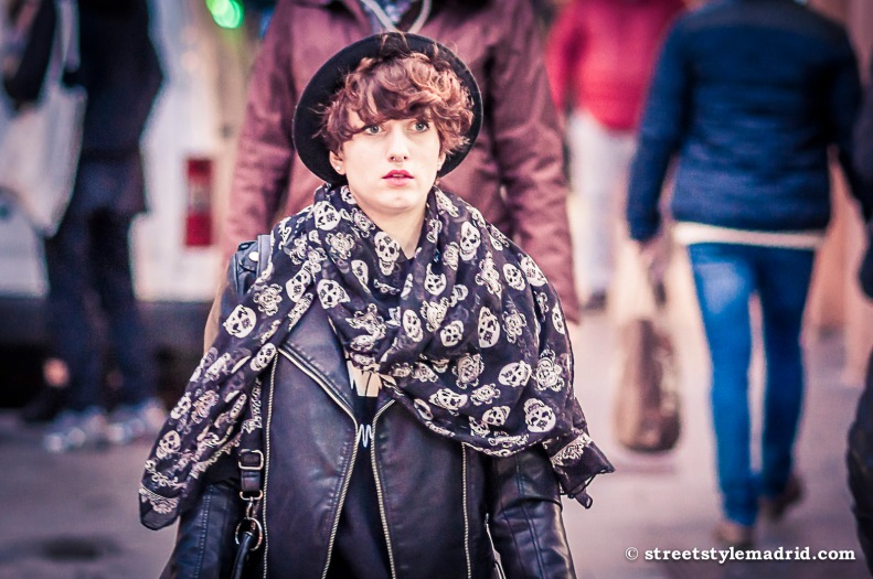 Street Style Madrid, Cazadora de cuero negra, foulard de calaveras, sombrero.