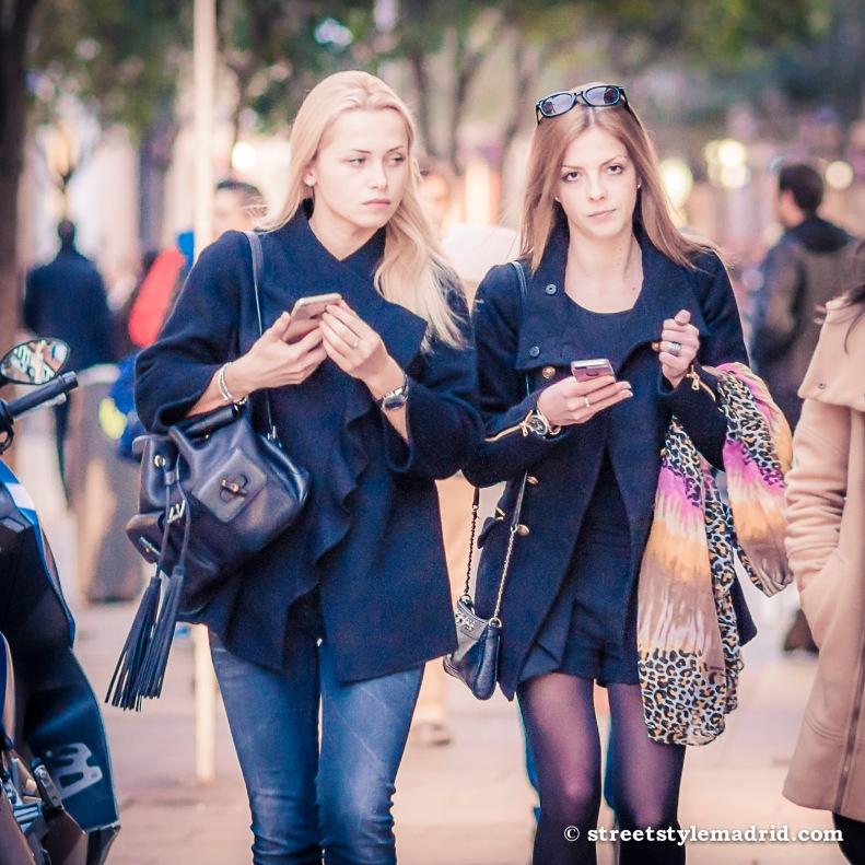 Street Style Madrid, vaqueros y falda corta con abrigos en azul