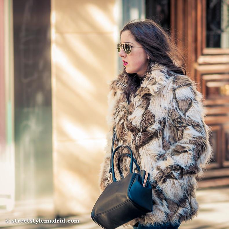 Street Style Madrid, abrigo de pelo, blanco y marrón, con bolso negro y gafas ray ban aviator.