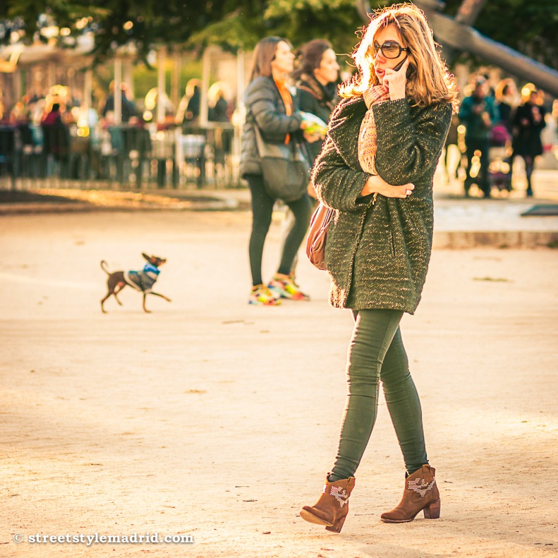 Street Style Madrid, Pantalón y chaqueta verde, con botas y foulard