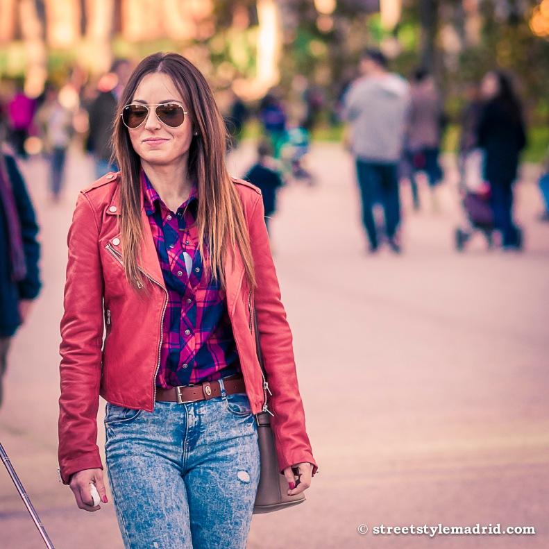 Street Style Madrid, Cazadora de cuero roja, vaqueros y camisa de cuadros.