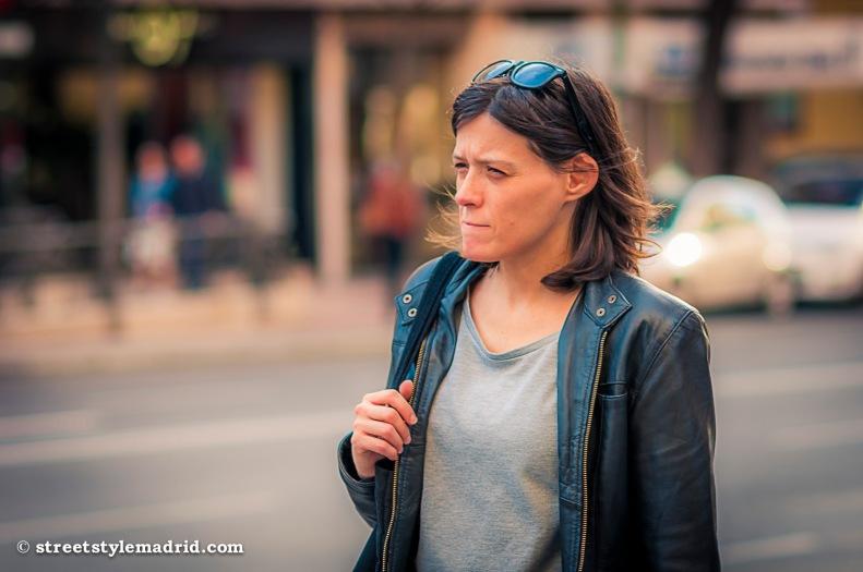 Street Style Madrid, Cazadora de cuero negra con camiseta. Gafas de sol