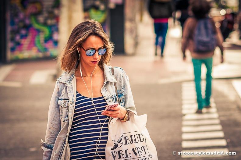 Street Style Madrid, gafas de sol, vestido de rayas marineras, cazadora vaquera.
