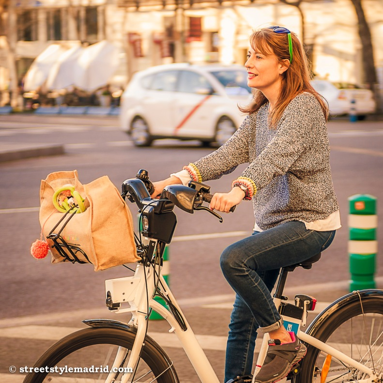 En bici, vaqueros, street style madrid.