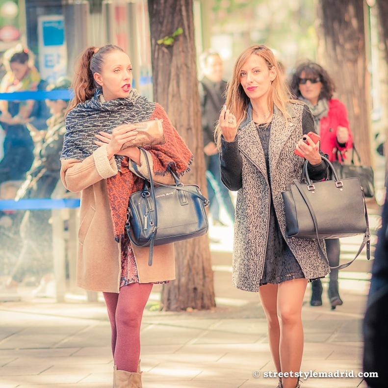 Abrigo corto, pintalabios, bolso Armani Jeans, Street Style, Madrid