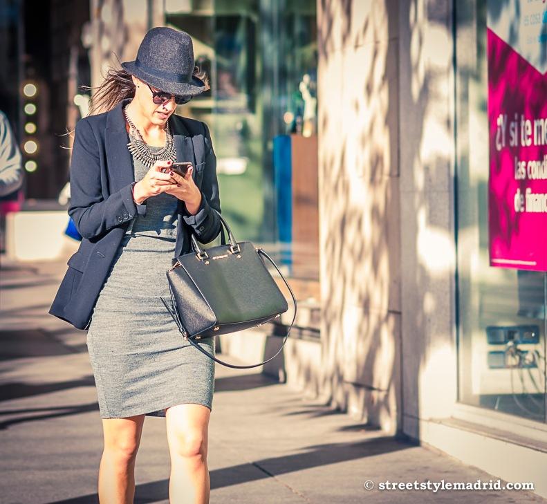 Street Style Madrid, sombrero azul, chaqueta azul, bolso Michael Kors, vestido gris, gafas de sol