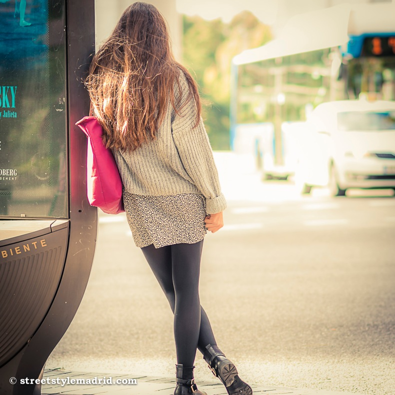 Minifalda, leggings, Jersey punto, botas negras, street style, Madrid